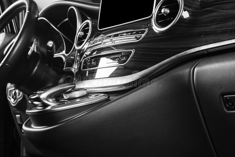 Moderne Luxeauto binnen Binnenland van prestigeauto Comfortabele leerzetels Geperforeerde leercockpit met het witte stikken ST stock foto's