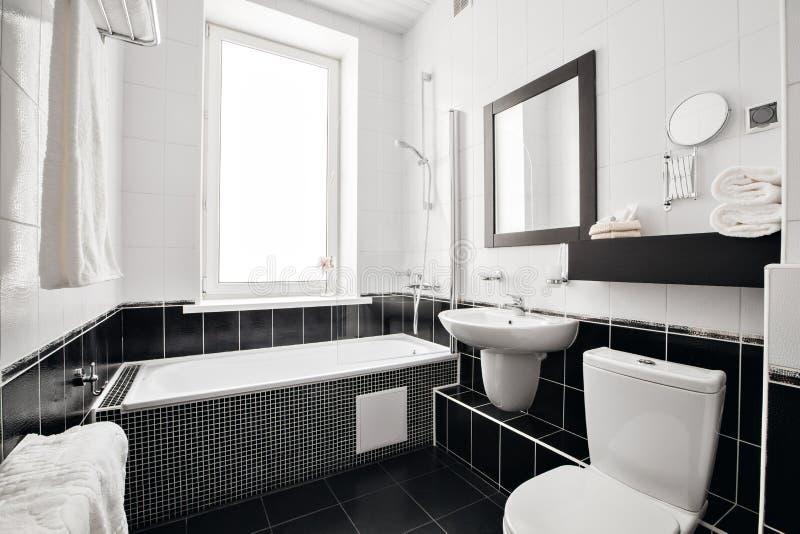 Moderne luxebadkamers met badkuip en venster Binnenlands ontwerp stock fotografie