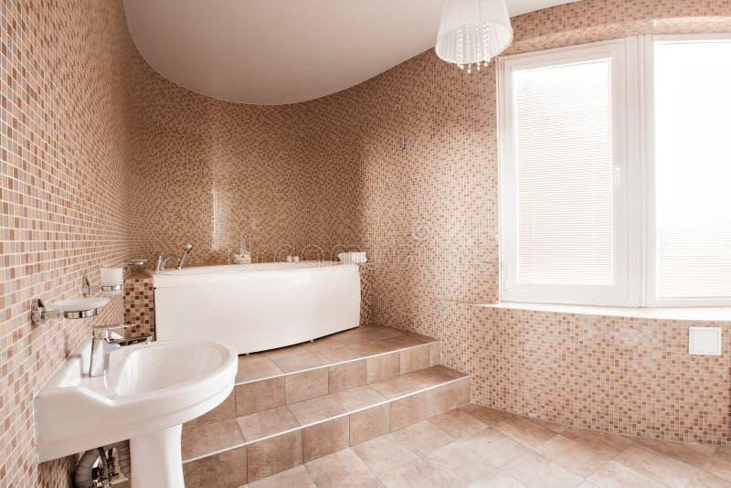 Moderne luxebadkamers met badkuip en venster Binnenlands ontwerp stock afbeelding