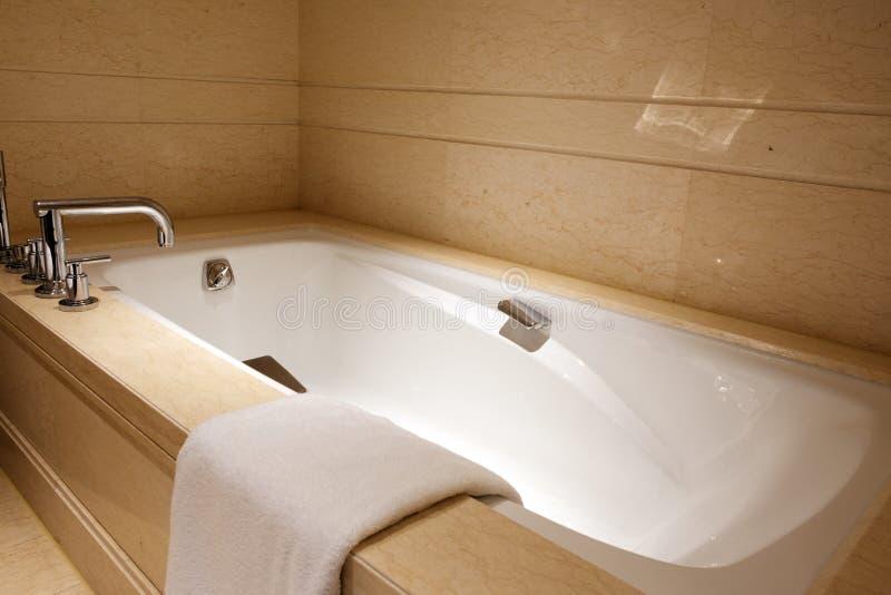 Moderne luxebadkamers met badton stock foto's
