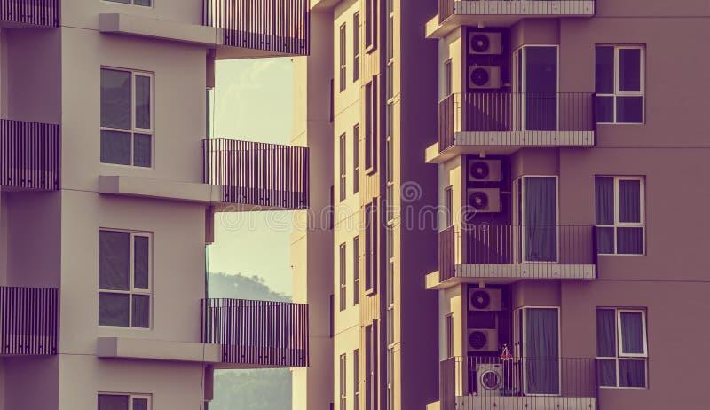 Moderne Luxeflats (flatgebouw met koopflats) op dagtijd royalty-vrije stock afbeelding