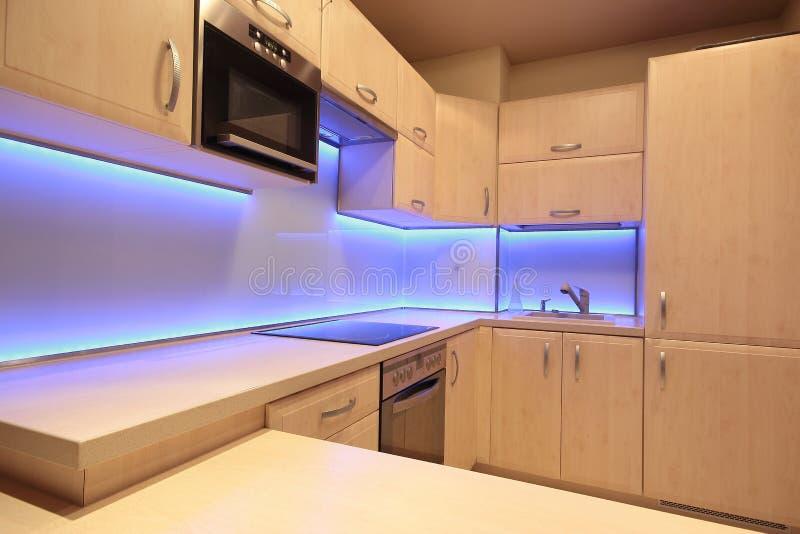 Moderne luxekeuken met purpere LEIDENE verlichting stock fotografie