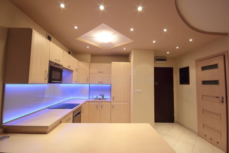Moderne luxekeuken met purpere LEIDENE verlichting stock afbeeldingen