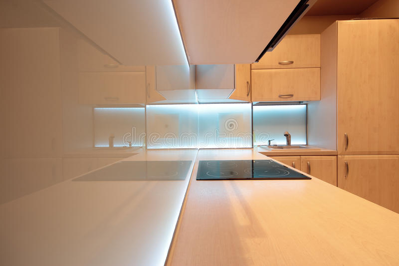 Moderne luxekeuken met witte LEIDENE verlichting stock fotografie