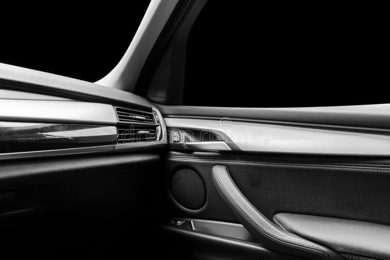 Moderne Luxesportwagen binnen Binnenland van prestigeauto Zwart leer Auto het detailleren dashboard Media, klimaat en navigatie c stock foto