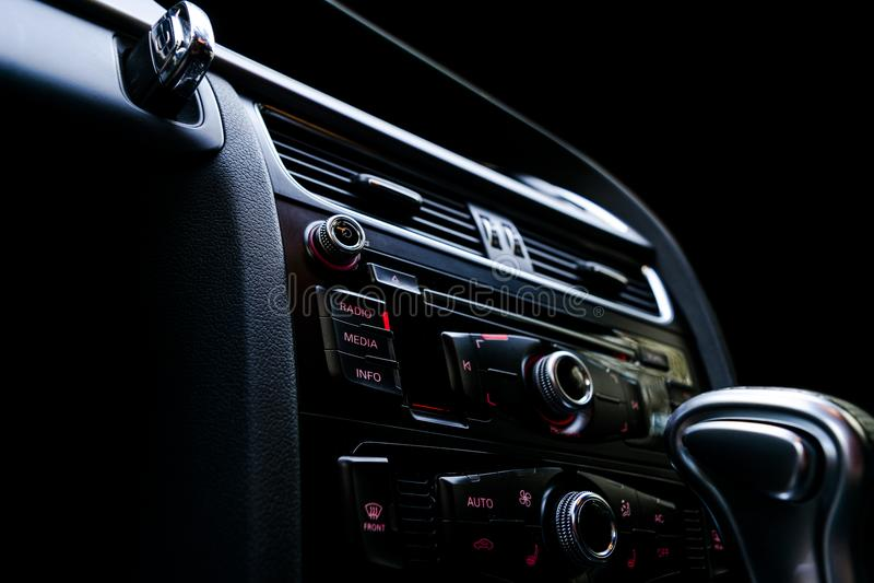 Moderne Luxesportwagen binnen Binnenland van prestigeauto Zwart leer Auto het detailleren dashboard Media, klimaat en navigatie c royalty-vrije stock foto
