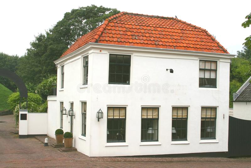 Moderne luxevilla in in traditionele stijl stock foto