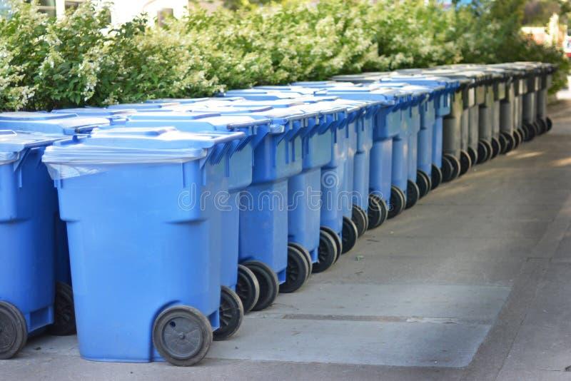 Moderne Mülleimer moderne mülltonne in kanada stockbild bild mülleimer blau
