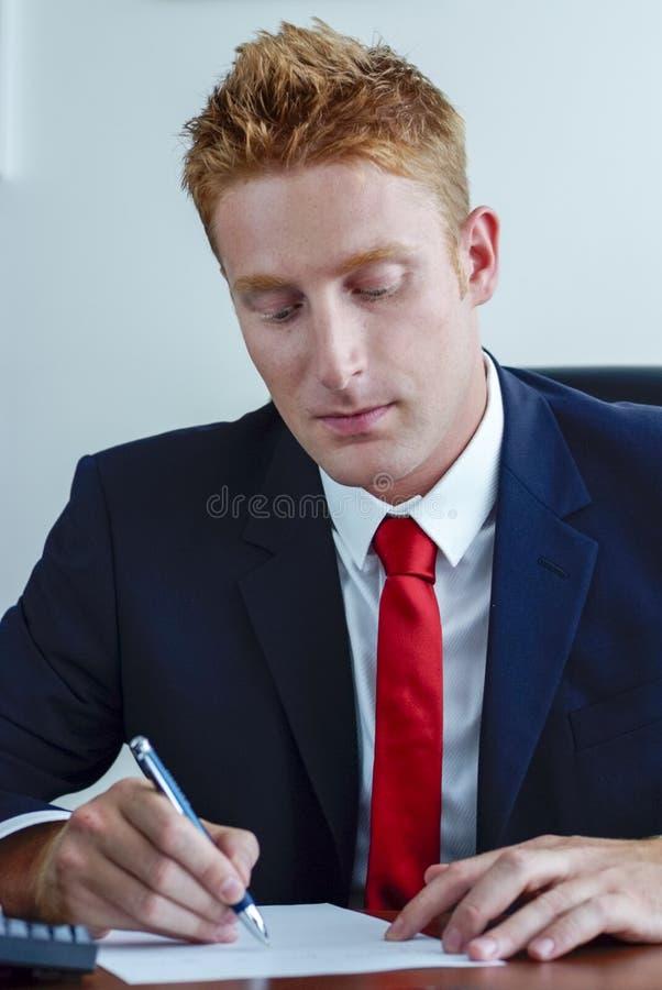 Moderne Manager Businessman die contract ondertekenen royalty-vrije stock foto