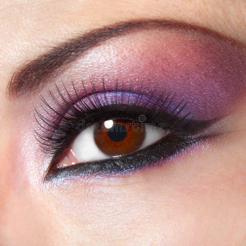 Moderne manier violette make-up van een vrouwelijk oog royalty-vrije stock afbeelding