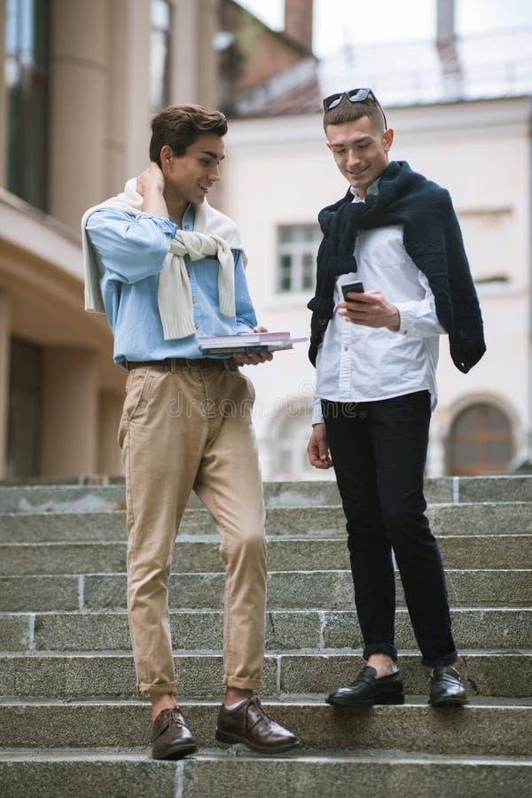 Moderne mededeling voor jonge mensen De kleding van kinderen stock afbeelding