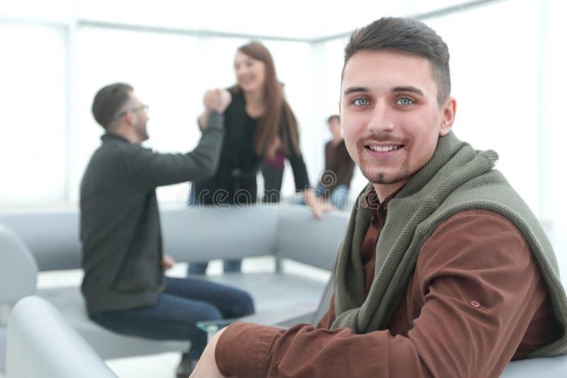 Moderne mens op de achtergrond van het bureau stock afbeelding