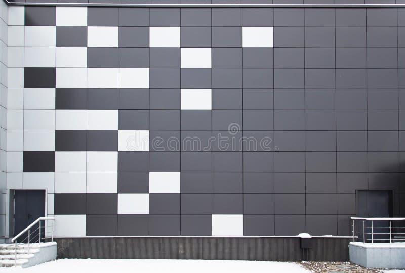 Moderne Metallfassade mit Tür und Schritten lizenzfreie stockfotos