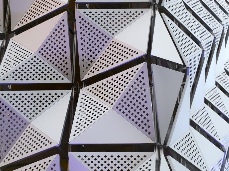 Moderne metallische eckige futuristische Stahlplatten stockfotografie
