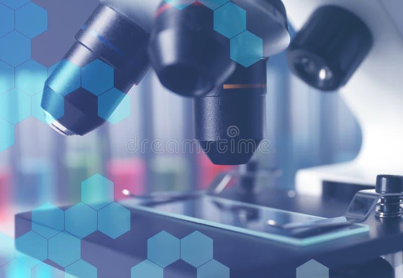 Moderne microscoop met verschillende lenzen, close-up stock foto's
