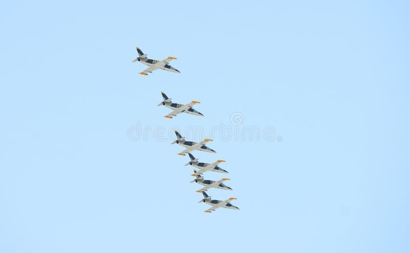Moderne Militärdüsenjägerflugzeuge, die in blauen Himmel fliegen lizenzfreies stockfoto