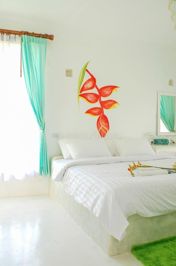 Moderne minimalistische witte slaapkamer stock foto's