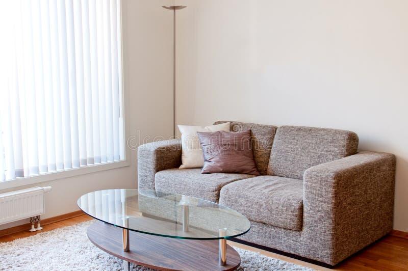 Moderne minimalistische woonkamer royalty-vrije stock afbeelding