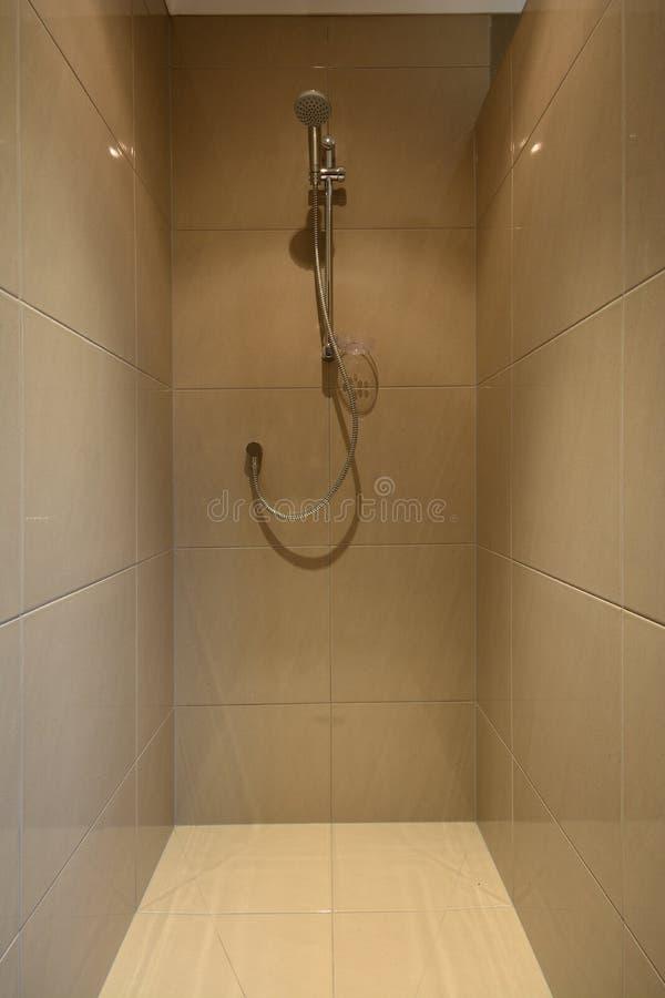 Moderne mit Ziegeln gedeckte Duschkabine stockfoto
