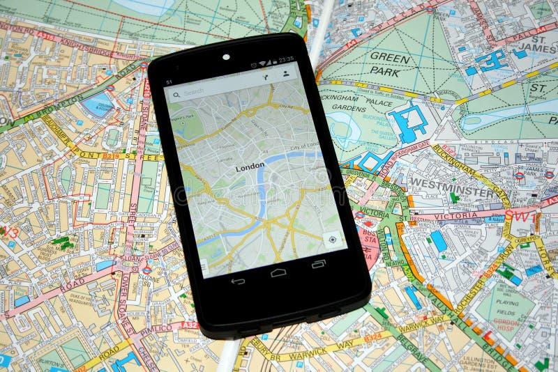 Moderne Mobiele Kaarten versus Traditionele Document Kaarten voor Navigatie royalty-vrije stock foto
