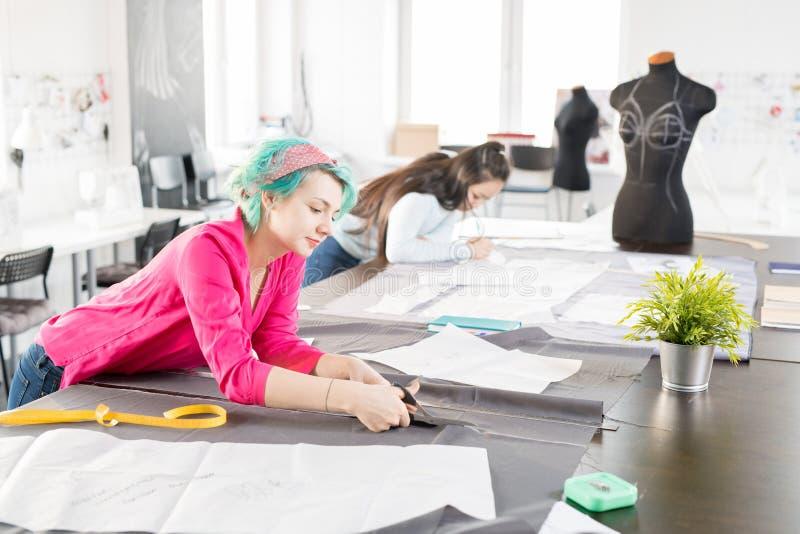 Moderne Modedesigner, die Kleidung nähen stockfotografie