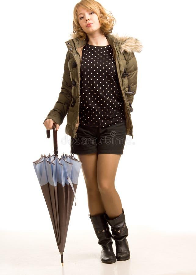 Moderne modieuze vrouw met een paraplu stock afbeelding