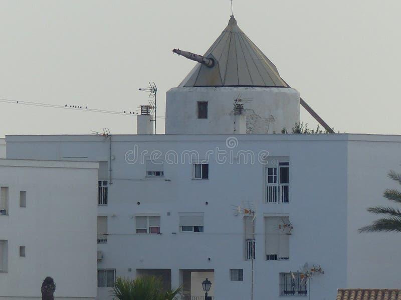 Moderne molen boven het dak van de witte bouw van Andalusia in Spanje royalty-vrije stock foto's