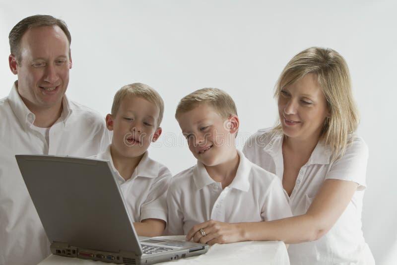 Moderne Muttergesellschaft, die ihre Kinder unterrichten stockfotografie