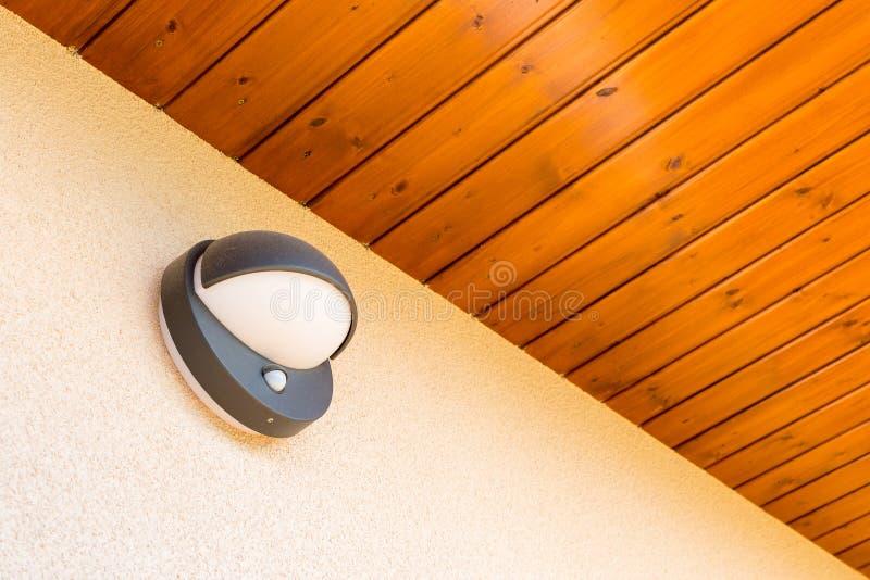 Moderne muurlamp met motie en lichte sensor op de muur stock fotografie