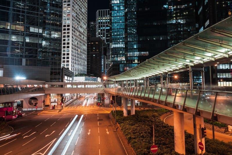 Moderne nachtcityscape, vage autolichten royalty-vrije stock afbeeldingen