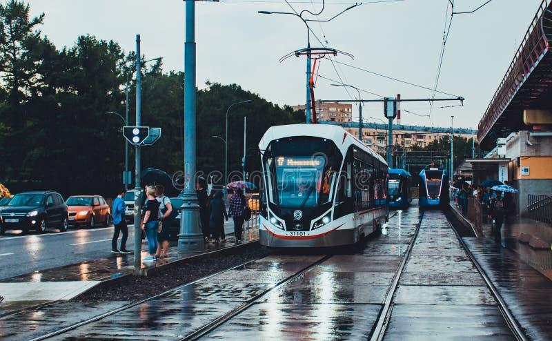 Moderne neue graue Tram 71-931M 'Vityaz-M 'in Moskau im Regen lizenzfreies stockbild