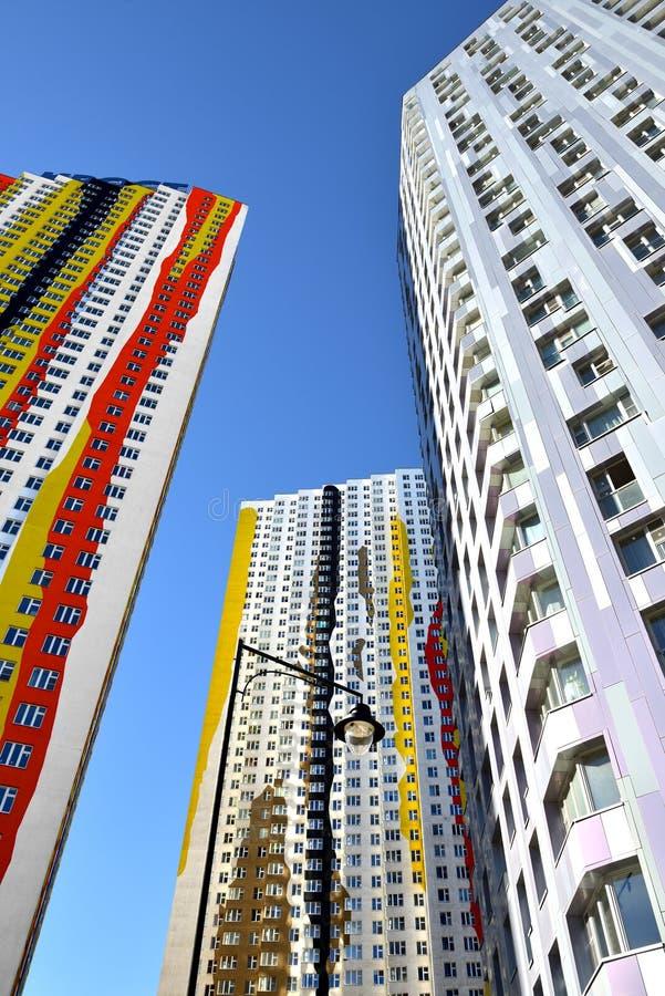 Moderne neue Wohngebäude in Moskau, Russland lizenzfreie stockbilder