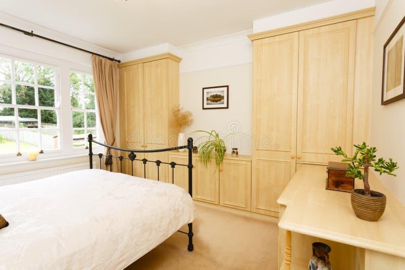 Moderne neutrale Schlafzimmermöbel stockbilder