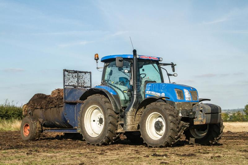 Moderne Nieuwe de tractortractor van Holland het uitspreiden mest op gebieden stock foto's