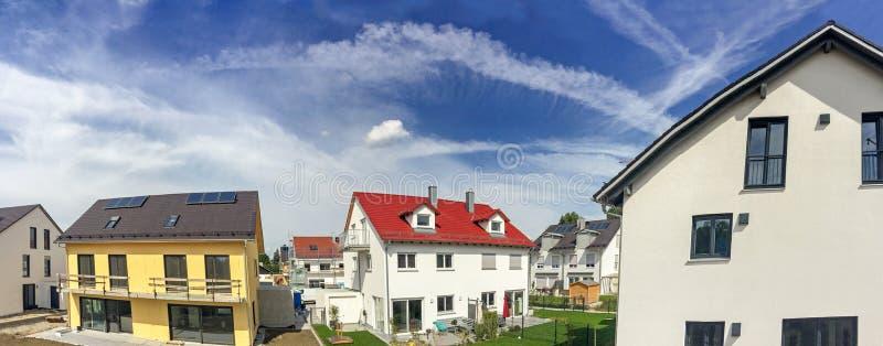 Moderne nieuwe woonwijk met semi-detached, huizen in de stad en losgemaakte huizen, woonwijk in de stad royalty-vrije stock afbeelding