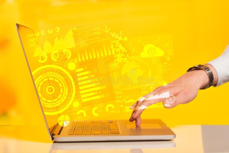 Moderne notitieboekjecomputer met toekomstige technologiesymbolen stock fotografie