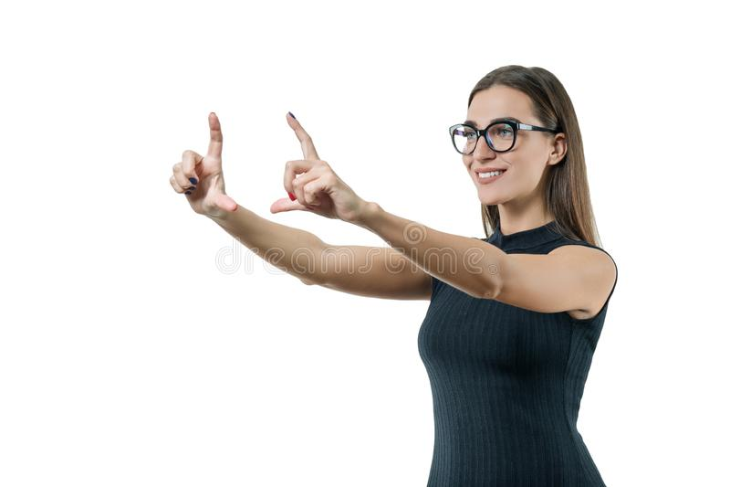 Moderne onderneemster met glazen wat betreft het virtuele scherm, die digitale technologie in de werkplaats gebruiken Zaken, fina stock foto