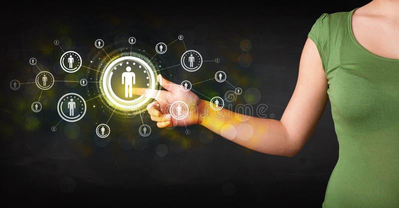 Moderne onderneemster wat betreft toekomstig technologie sociaal netwerk B stock foto's