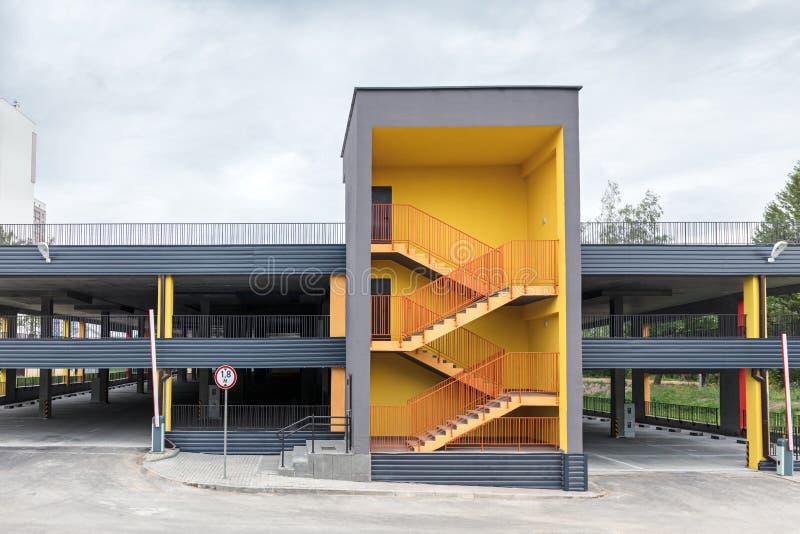 Moderne onlangs gebouwde lege parkerengarage op verscheidene niveaus royalty-vrije stock afbeeldingen