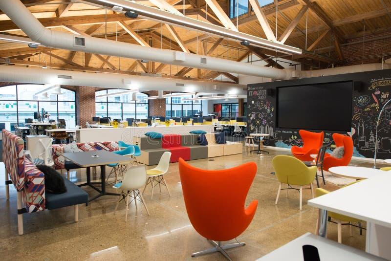 In moderne open het bureauruimte van de conceptenzolder met grote vensters, natuurlijk licht en een lay-out om samenwerking aan t stock foto