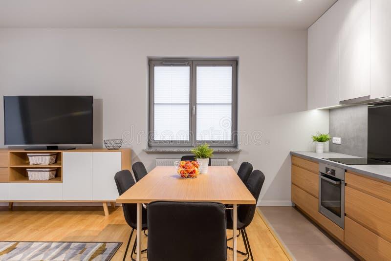 Moderne open plekflat met klein venster stock foto