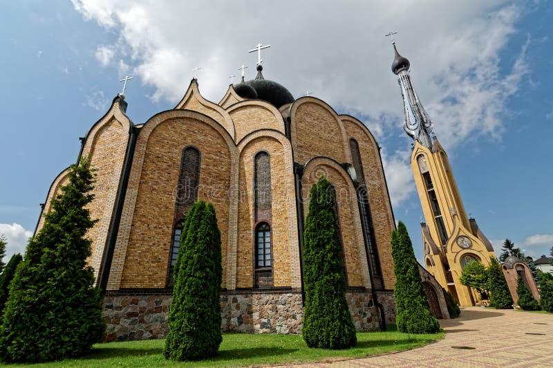 Moderne Orthodoxe die Kerk met koepels van baksteen worden gebouwd Grote klokketoren volgende deur royalty-vrije stock foto