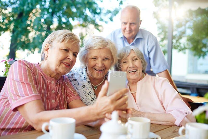 Moderne oudsten die beeld van zich nemen stock foto's