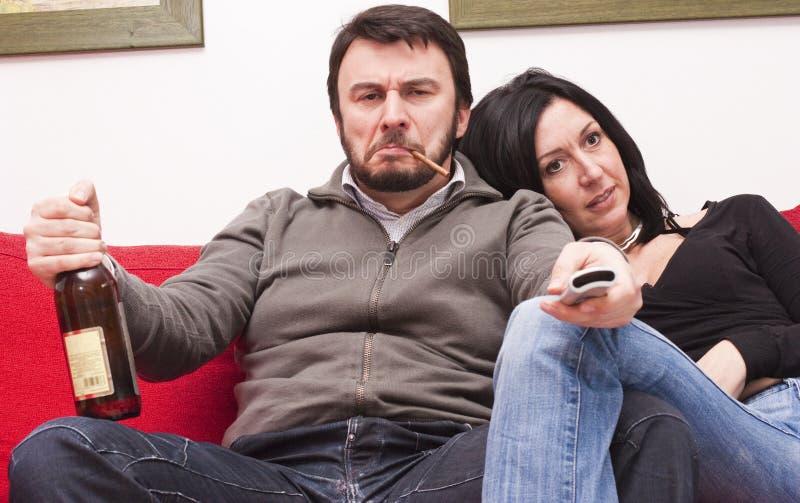 Moderne Paar-überwachendes Fernsehen stockfotos