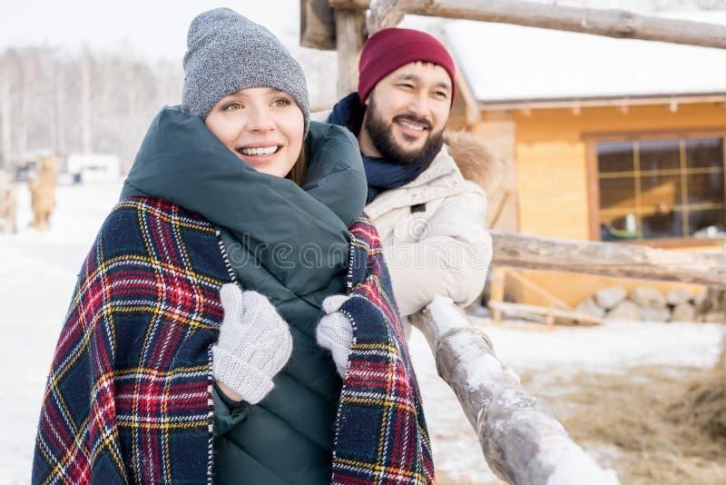 Moderne Paare auf Winter-Ferien lizenzfreie stockfotos