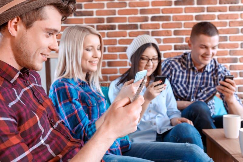 Moderne partij met mobiele telefoons royalty-vrije stock afbeelding
