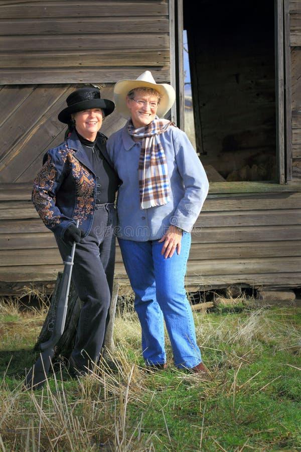 Moderne Pistolenheld-Cowgirle stockbilder