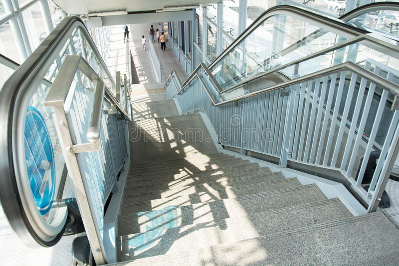 Moderne Postroltrap en architectuur binnenlands ontwerp royalty-vrije stock afbeeldingen