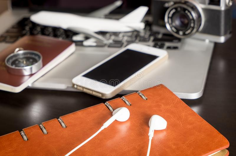 Moderne Reisegegenstände und -Zubehör mit Computerkamera stockbild