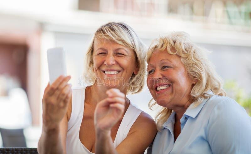 Moderne rijpe vrouwen die gelukkige mobiele selfie maken royalty-vrije stock foto's